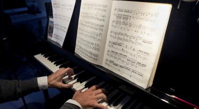 Alberto Iglesias con el piano