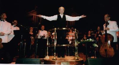 John Barry dirigiendo una orquesta
