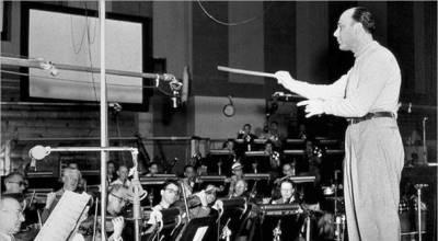 Johnny Green dirigiendo la orquesta