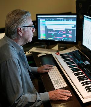 Alan Silvestri trabajando en el estudio