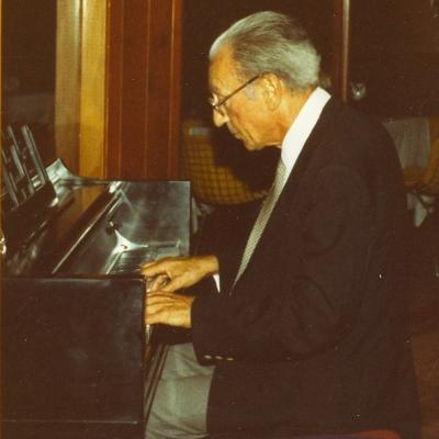 Bronislaw Kaper tocando el piano