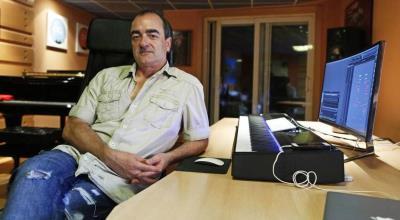 Victor Reyes en su estudio de grabación