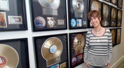 Diane Warren con sus reconocimientos
